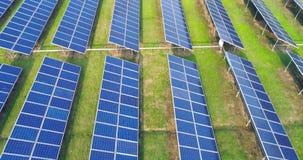 Εναέρια άποψη των επιτροπών ηλιακής ενέργειας, ηλιακά πλαίσια, εγκαταστάσεις ηλιακής ενέργειας απόθεμα βίντεο