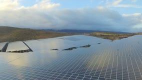 Εναέρια άποψη των επιτροπών ηλιακής ενέργειας απόθεμα βίντεο