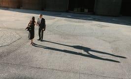 Εναέρια άποψη των επιχειρηματιών που συναντούν και που τινάζουν τα χέρια υπαίθρια Στοκ Εικόνα