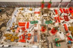 Εναέρια άποψη των εργαζομένων εργοτάξιων οικοδομής με τους γάντζους για την ασφάλεια β Στοκ Φωτογραφίες