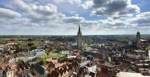 Εναέρια άποψη των ζωηρόχρωμων κτηρίων και της εκκλησίας της Μπρυζ Βέλγιο από τον πύργο καμπαναριών στοκ φωτογραφία με δικαίωμα ελεύθερης χρήσης
