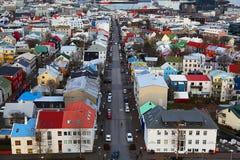 Εναέρια άποψη των ζωηρόχρωμων στεγών του Ρέικιαβικ Ισλανδία Στοκ Εικόνες