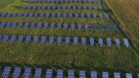 Εναέρια άποψη των ηλιακών εγκαταστάσεων απόθεμα βίντεο