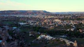 Εναέρια άποψη των καπνοδόχων νεράιδων σε Urgup, Cappadocia, Τουρκία, φιλμ μικρού μήκους