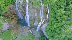 Εναέρια άποψη των καταρρακτών και των λιμνών στο εθνικό πάρκο Plitvice φιλμ μικρού μήκους
