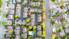 Εναέρια άποψη των κατοικημένων σπιτιών στην άνοιξη Αμερικανική γειτονιά, προάστιο Ακίνητη περιουσία, πυροβολισμοί κηφήνων, ηλιοβα απόθεμα βίντεο