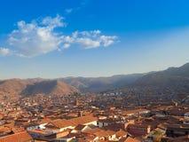 Εναέρια άποψη των κόκκινων κεραμωμένων στεγών των κτηρίων σε Cusco, Περού Στοκ Φωτογραφίες