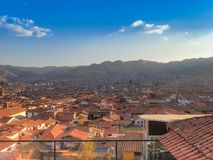 Εναέρια άποψη των κόκκινων κεραμωμένων στεγών των κτηρίων σε Cusco, Περού Στοκ εικόνα με δικαίωμα ελεύθερης χρήσης