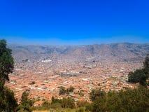 Εναέρια άποψη των κόκκινων κεραμωμένων στεγών των κτηρίων σε Cusco, Περού Στοκ Φωτογραφία