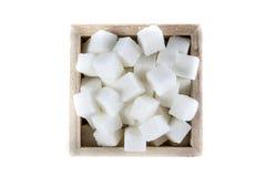 Εναέρια άποψη των κύβων ζάχαρης στο τετραγωνικό διαμορφωμένο κύπελλο στο απομονωμένο άσπρο υπόβαθρο Στοκ Εικόνες