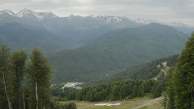Εναέρια άποψη των λιμνών βουνών στο χιονοδρομικό κέντρο Όμορφα βουνά το καλοκαίρι απόθεμα βίντεο