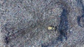 Εναέρια άποψη των μεγάλων υλικών οδόστρωσης Απόρριψη απορριμάτων απο απόθεμα βίντεο