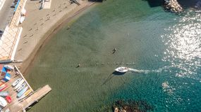Εναέρια άποψη των μικρών βαρκών στη θάλασσα, copyspace για το κείμενο Σορέντο, meta, Ιταλία στοκ φωτογραφία με δικαίωμα ελεύθερης χρήσης