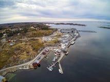 Εναέρια άποψη των νορβηγικών κτηρίων ακτών και αλιείας στοκ φωτογραφία με δικαίωμα ελεύθερης χρήσης