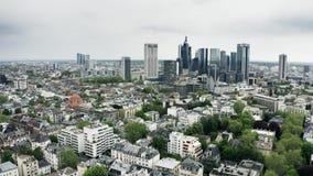Εναέρια άποψη των ουρανοξυστών στο κέντρο της πόλης της Φρανκφούρτης Αμ Μάιν, Γερμανία απόθεμα βίντεο