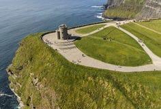 Εναέρια άποψη των παγκοσμίως διάσημων απότομων βράχων του moher στο νομό clare στοκ εικόνες