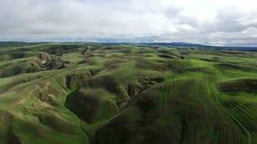 Εναέρια άποψη των πράσινων βουνών απόθεμα βίντεο