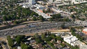 Εναέρια άποψη των προαστίων Καλιφόρνια αυτοκινητόδρομων του Λος Άντζελες απόθεμα βίντεο