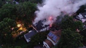 Εναέρια άποψη των πυροσβεστικών οχημάτων και των συσκευών που μάχονται μια πυρκαγιά σπιτιών απόθεμα βίντεο