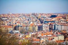 Εναέρια άποψη των στεγών και του ορίζοντα της Πράγας από το λόφο Petrin, Πράγα, Δημοκρατία της Τσεχίας στοκ εικόνα