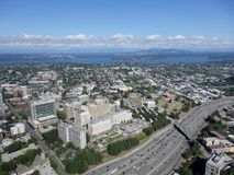 Εναέρια άποψη των στο κέντρο της πόλης κτηρίων του Σιάτλ, γέφυρα, λίμνη και υψηλός Στοκ Εικόνα