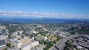 Εναέρια άποψη των στο κέντρο της πόλης κτηρίων του Σιάτλ, της λίμνης ένωσης και ι-5 γεια Στοκ Φωτογραφία