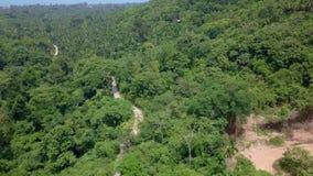 Εναέρια άποψη των τουριστών που οδηγούν στο σχοινί Zipline ή θόλων Περιπέτεια αδρεναλίνης στις διακοπές φιλμ μικρού μήκους