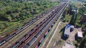 Εναέρια άποψη των τραίνων άνθρακα σε μια αποθήκη φορτίου - άνθρακας, μεταλλεία, τραίνο απόθεμα βίντεο