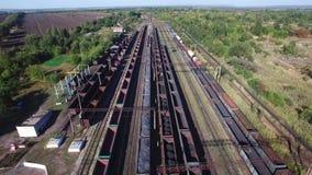 Εναέρια άποψη των τραίνων άνθρακα σε μια αποθήκη φορτίου - άνθρακας, μεταλλεία, τραίνο φιλμ μικρού μήκους