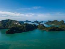 Εναέρια άποψη των τροπικών νησιών στο εθνικό θαλάσσιο πάρκο Angthong στην Ταϊλάνδη Στοκ εικόνα με δικαίωμα ελεύθερης χρήσης