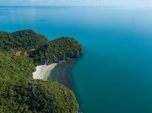Εναέρια άποψη των τροπικών νησιών στο εθνικό θαλάσσιο πάρκο Angthong στην Ταϊλάνδη Στοκ φωτογραφία με δικαίωμα ελεύθερης χρήσης