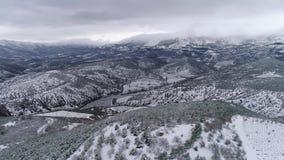 Εναέρια άποψη των χειμερινών βουνών, χειμερινό τοπίο πλάνο Μεγαλοπρεπή βουνά χιονιού, εναέρια άποψη του χιονισμένου απόθεμα βίντεο
