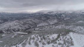 Εναέρια άποψη των χειμερινών βουνών, χειμερινό τοπίο E Μεγαλοπρεπή βουνά χιονιού, εναέρια άποψη του χιονισμένου φιλμ μικρού μήκους