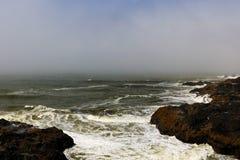 Εναέρια άποψη των ωκεάνιων κυμάτων και της φανταστικής δύσκολης ακτής το ομιχλώδες πρωί στοκ εικόνες με δικαίωμα ελεύθερης χρήσης