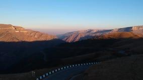 """Εναέρια άποψη των όμορφων απόψεων Ï""""Î¿Ï… δρόμου βουνών απόθεμα βίντεο"""
