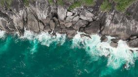 Εναέρια άποψη των όμορφων ωκεάνιων κυμάτων και της δύσκολης ακτής με την πρασινάδα απόθεμα βίντεο