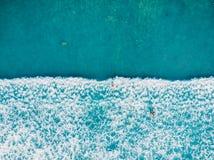 Εναέρια άποψη των surfers και του κύματος στον τροπικό μπλε ωκεανό στοκ εικόνες