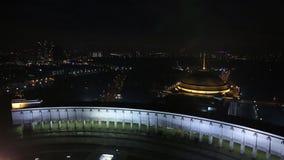 Εναέρια άποψη φωτισμένου αναμνηστικού σύνθετου στο μεγάλους πατριωτικούς πόλεμο και το ναό του ST George στο Hill Poklonnaya μέσα απόθεμα βίντεο