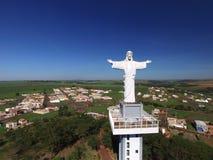 Εναέρια άποψη Χριστού ο απελευθερωτής στην πόλη Sertaozinho, Σάο Πάολο, Βραζιλία στοκ εικόνες