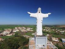 Εναέρια άποψη Χριστού ο απελευθερωτής στην πόλη Sertaozinho, Σάο Πάολο, Βραζιλία στοκ εικόνα