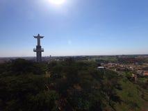 Εναέρια άποψη Χριστού ο απελευθερωτής στην πόλη Sertaozinho, Σάο Πάολο, Βραζιλία στοκ εικόνα με δικαίωμα ελεύθερης χρήσης