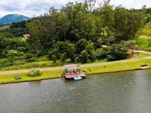 Εναέρια άποψη όμορφου λίγο ξύλινο cabana έπειτα η λίμνη στο τροπικό βουνό, στοκ φωτογραφίες με δικαίωμα ελεύθερης χρήσης