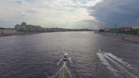 Εναέρια άποψη δύο βαρκών που πλέουν με τον ποταμό Neva φιλμ μικρού μήκους