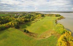 Εναέρια άποψη Autumnl του καλλιεργήσιμου εδάφους και της λίμνης στοκ εικόνες με δικαίωμα ελεύθερης χρήσης