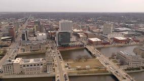 Εναέρια άποψη 180 Cedar Rapids βαθμού παν ορίζοντας πόλεων της Αϊόβα Riverfront στο κέντρο της πόλης φιλμ μικρού μήκους
