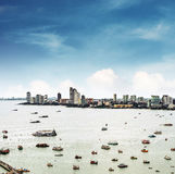 Εναέρια άποψη cityspace της πόλης Pattaya στην Ταϊλάνδη με τη θάλασσα, τον κόλπο και πολλά σκάφη Στοκ Εικόνες
