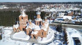 Εναέρια άποψη Exaltation της ιερής διαγώνιας εκκλησίας στο χωριό Darna, περιοχή της Μόσχας στοκ φωτογραφίες