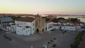 Εναέρια άποψη Faro με τον ιστορικό καθεδρικό ναό στη μέση της παλαιάς πόλης, Πορτογαλία απόθεμα βίντεο