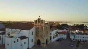 Εναέρια άποψη Faro με τον ιστορικό καθεδρικό ναό στη μέση της παλαιάς πόλης, Πορτογαλία φιλμ μικρού μήκους