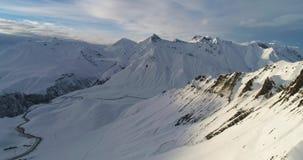 Εναέρια άποψη Imazing των χιονωδών αιχμών στα της Γεωργίας βουνά Σε αργή κίνηση βίντεο κηφήνων απόθεμα βίντεο